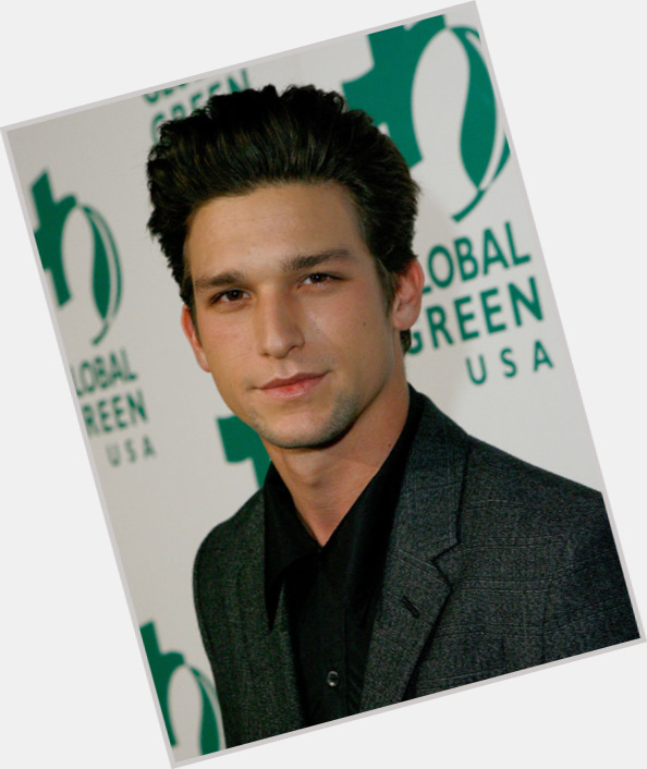 Daren Kagasoff Brother : He was born to barry kagasoff and elise levy.